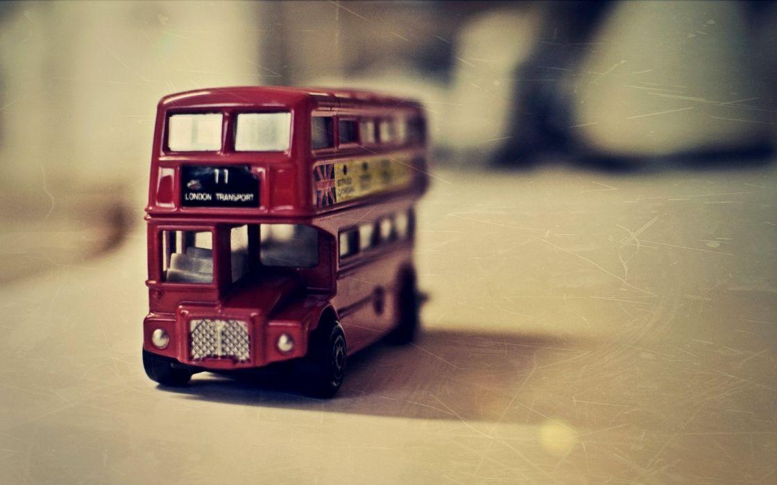 London bus toy wallpaper