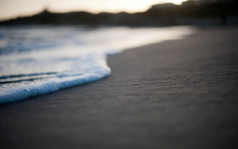 A shot next to the waves wallpaper