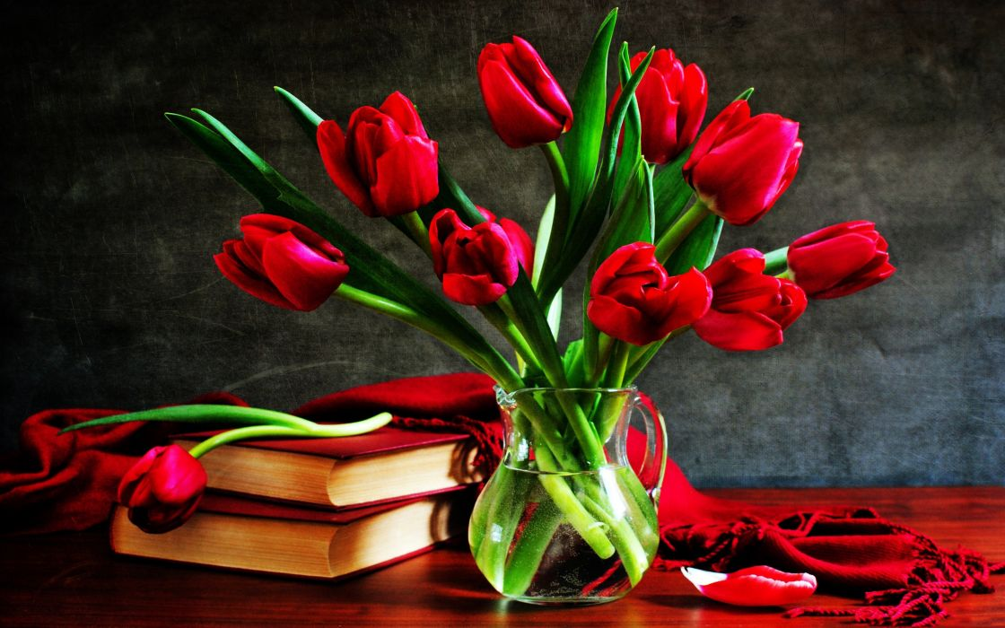 Red tulips in  vase on the table wallpaper