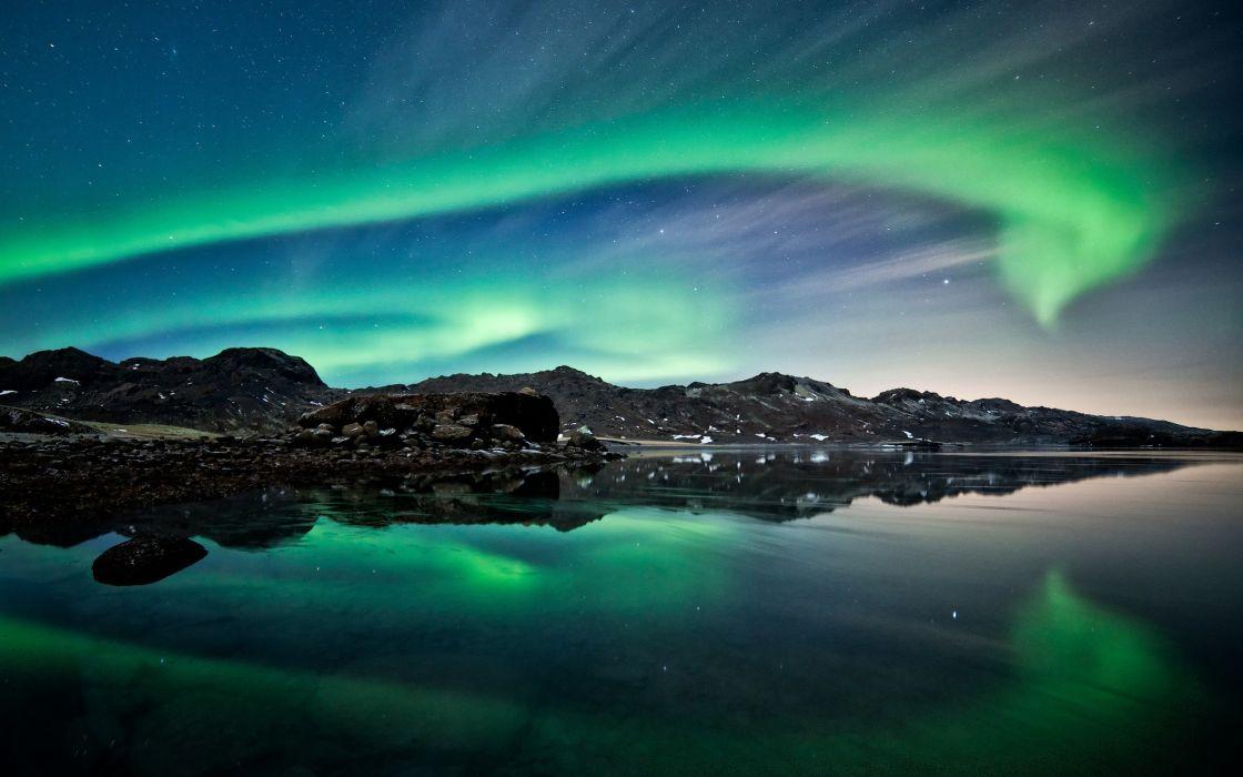 Aurora borealis over the sea wallpaper