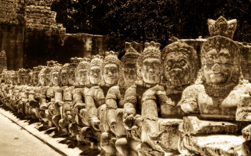 Heads Of Kings And Heads Of Buddhas wallpaper