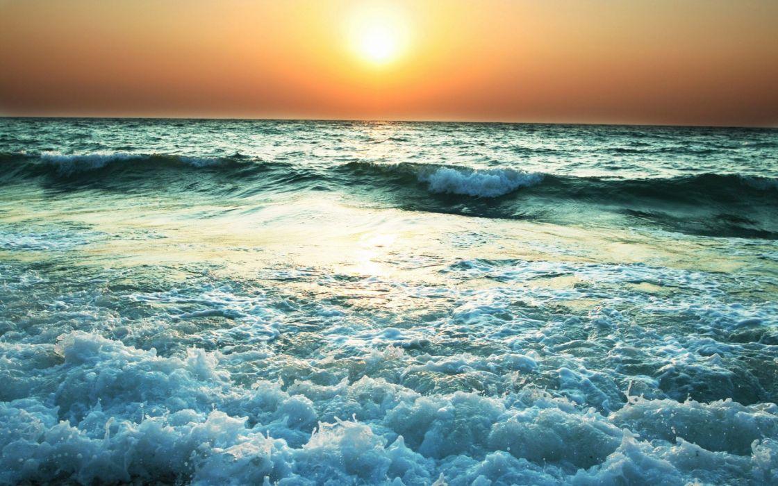 Turbulent sea waves wallpaper