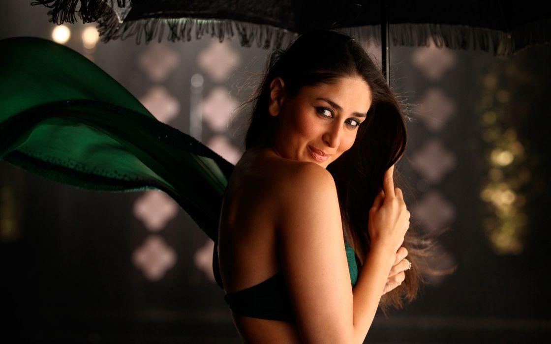 Kareena Kapoor smile wallpaper