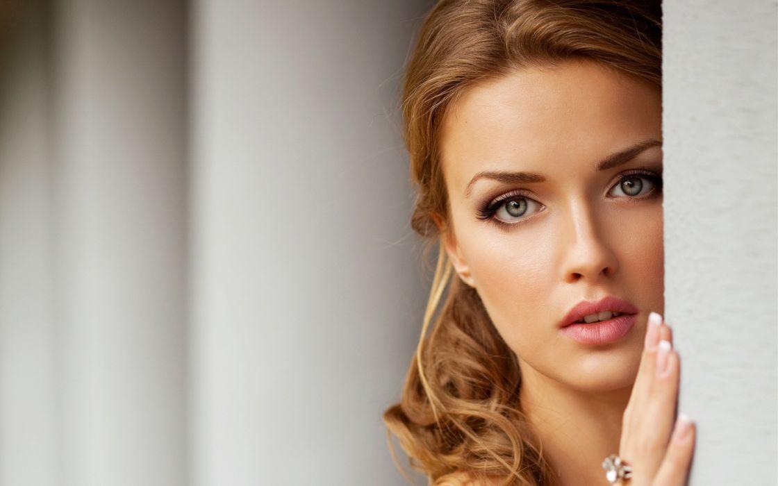 Green eyes of angel girl wallpaper