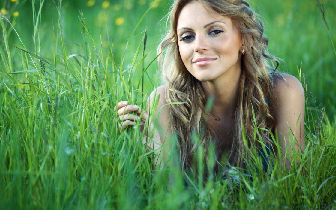 Wondergul girl in the grass wallpaper