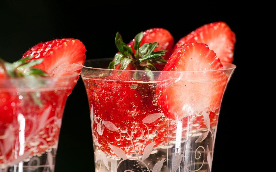 Fresh strawberries in glasses wallpaper