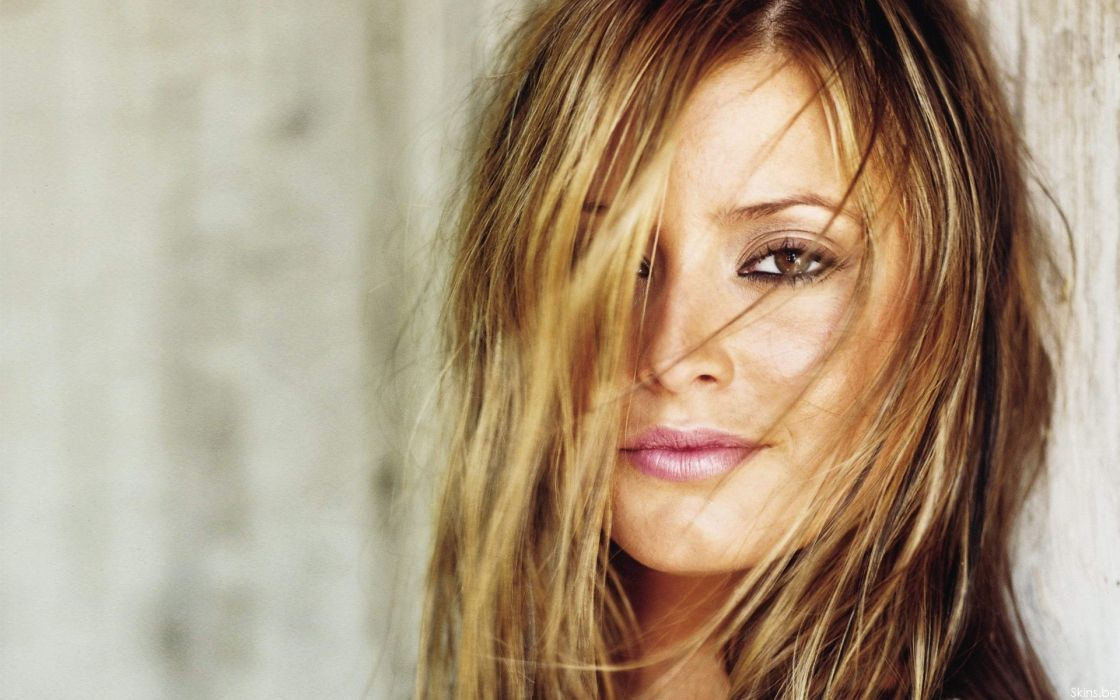 Women holly valance wallpaper