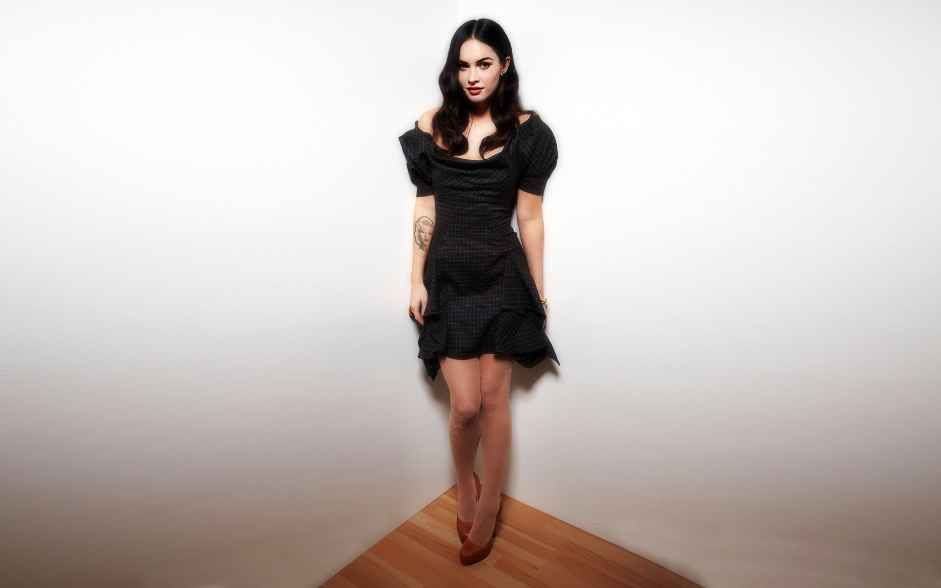 Фото красивой девушки в красивом платье и колготках 3 фотография