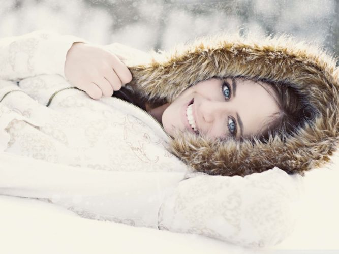 Brunettes women winter (season) blue eyes smiling joy wallpaper