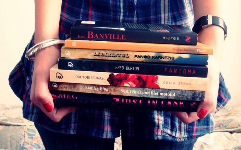 Women reading books wallpaper