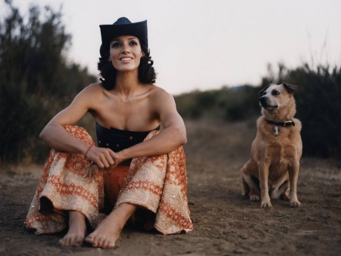 Brunettes Women Actress Dogs Outdoors Barefoot Smiling