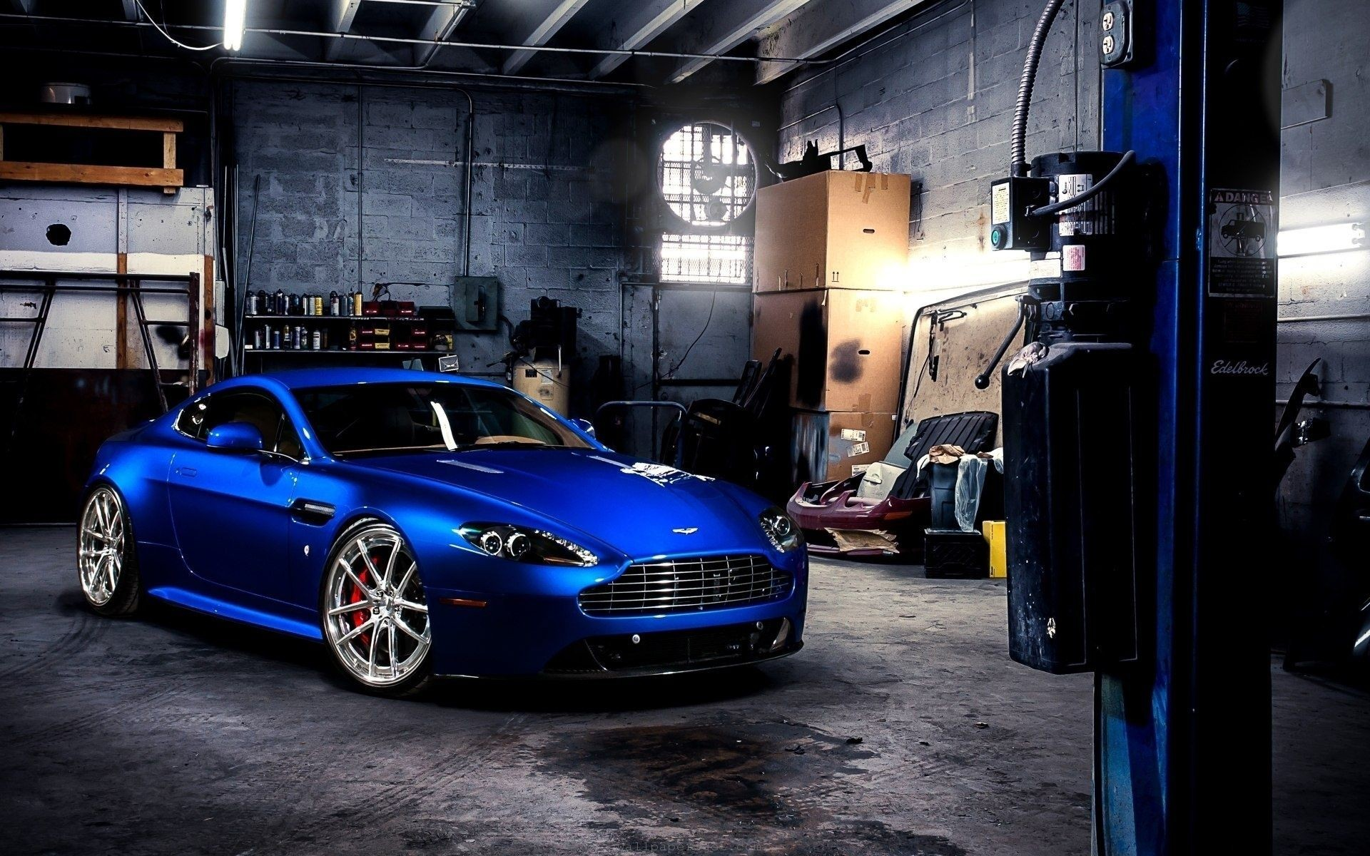 синий автомобиль Aston Martin  № 2593819  скачать