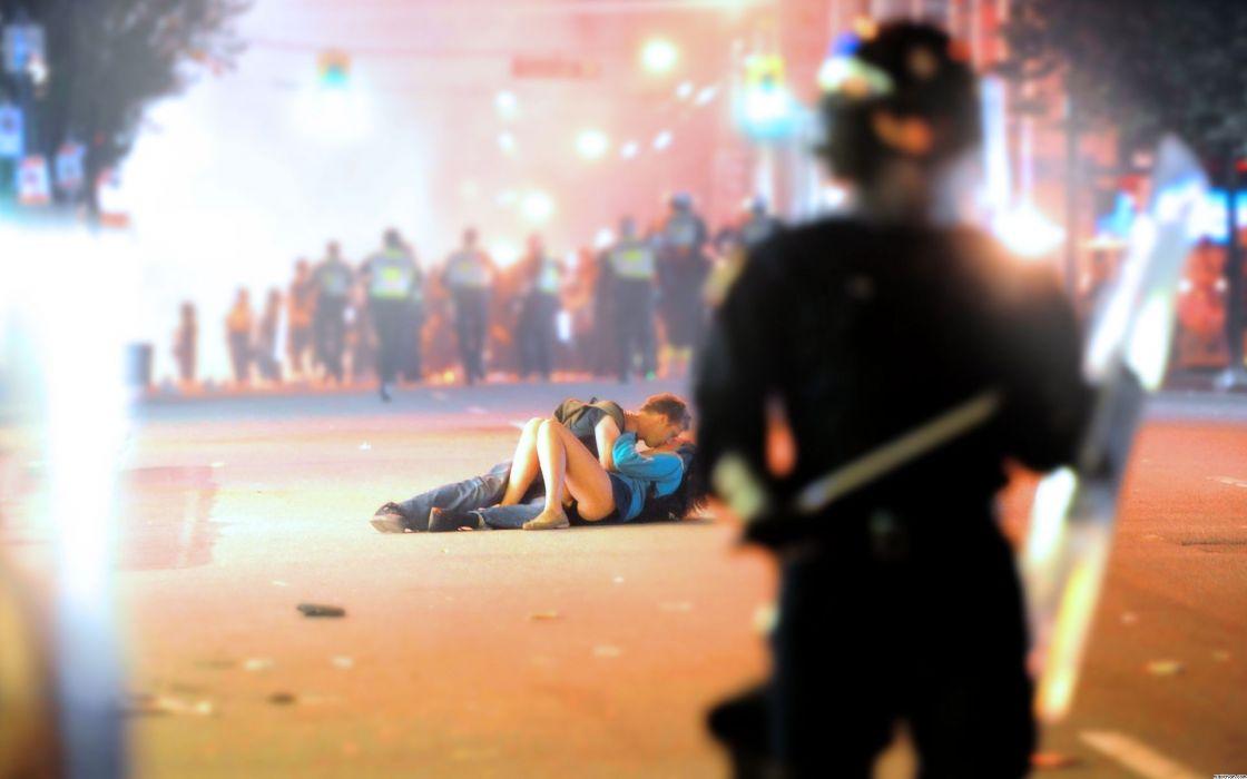 Riot Kissing wallpaper