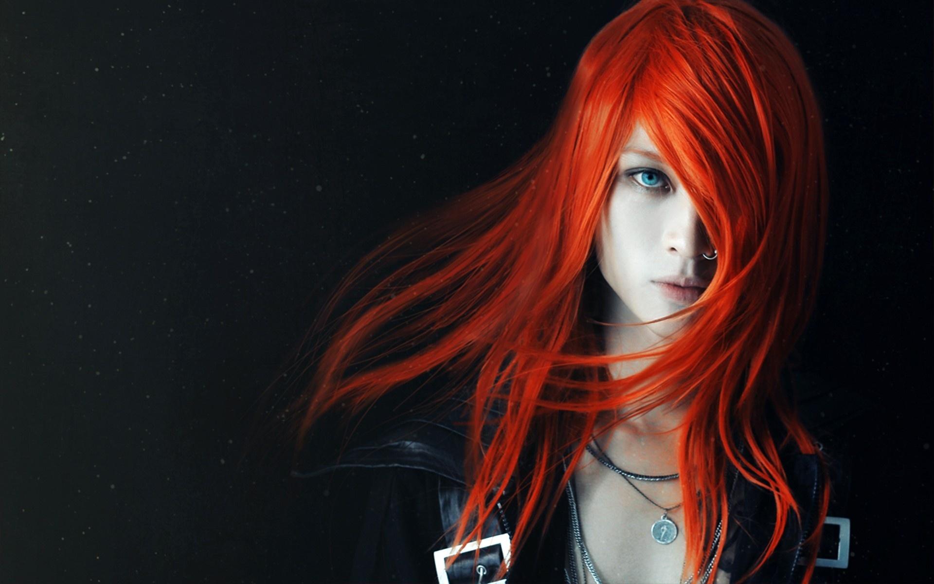 задумчивая девушка с огненно-рыжими волосами  № 1947182 бесплатно