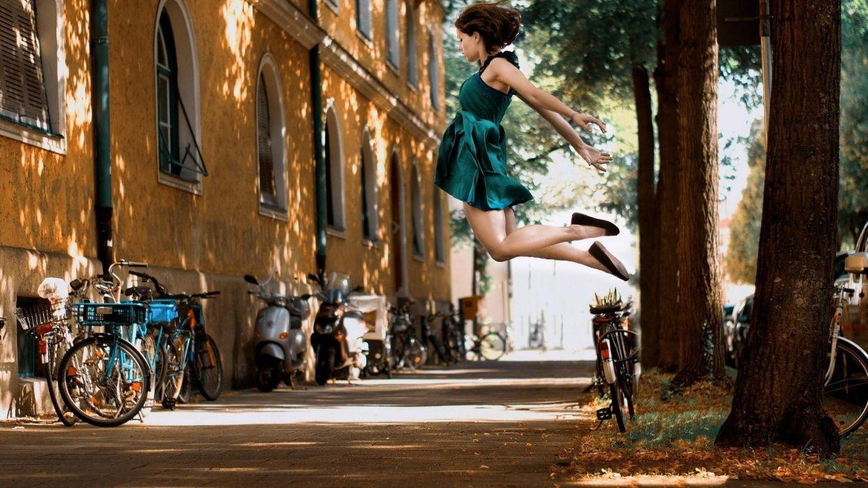 Girl-Street-Fly wallpaper