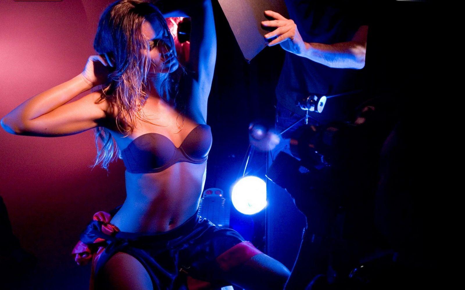 Большие жопы в клубе танцуют 14
