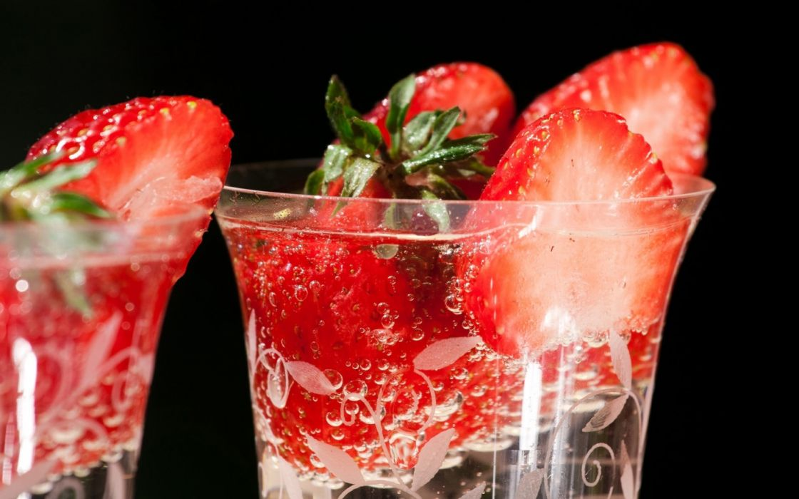 Strawberries in a glass drinks wallpaper