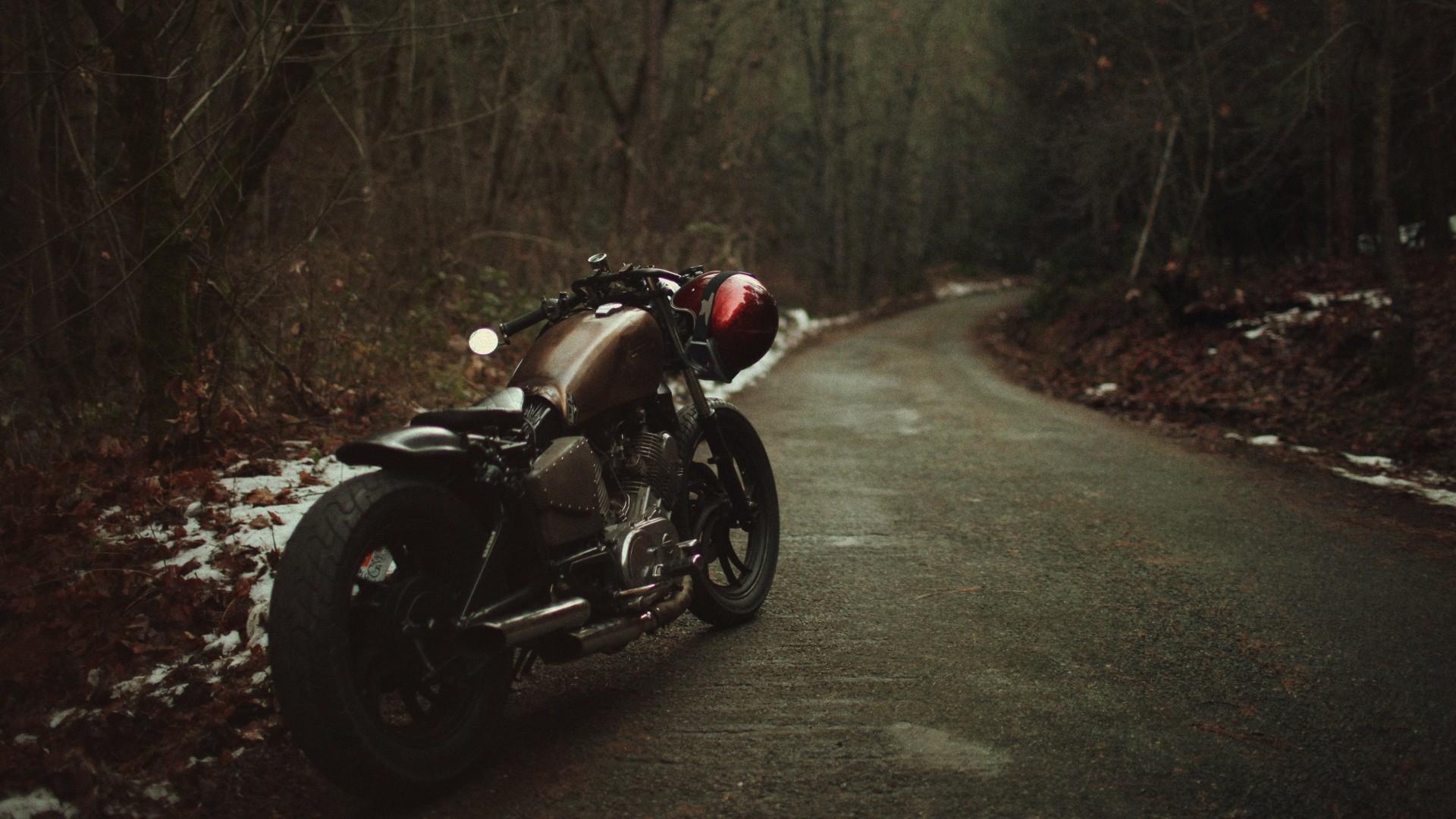 Черный мотоцикл в поле  № 3425297 загрузить