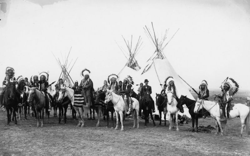 Indians horses tepee feathers retro vintage photo black white native american people crowd history wallpaper