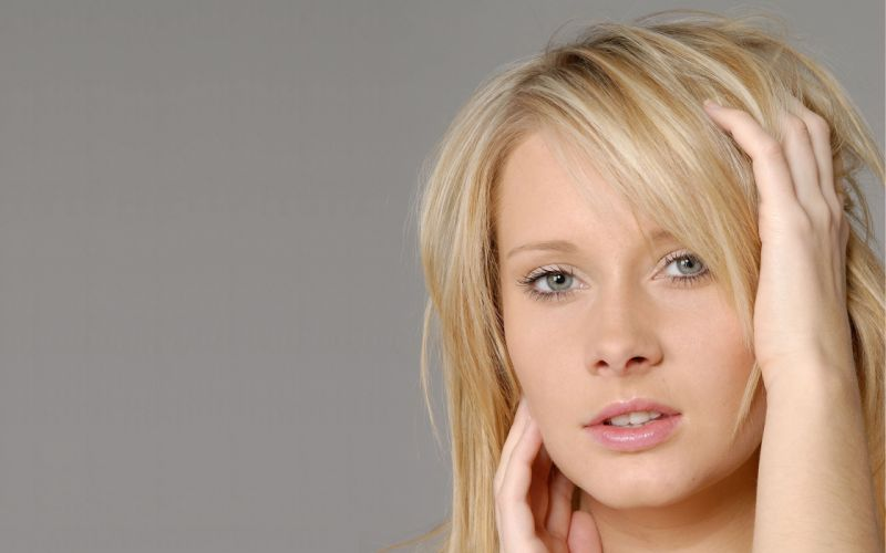 blondes women close-up blue eyes simple background faces wallpaper