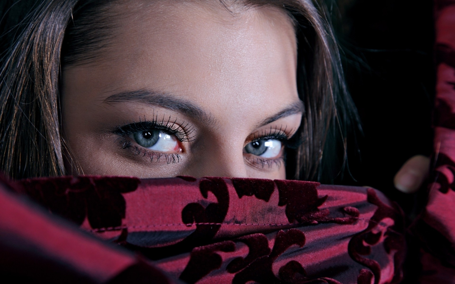 девушка в красной парандже  № 3594112 бесплатно