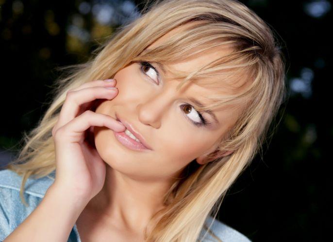 blondes women eyes celebrity smiling Renata Daninsky portraits wallpaper