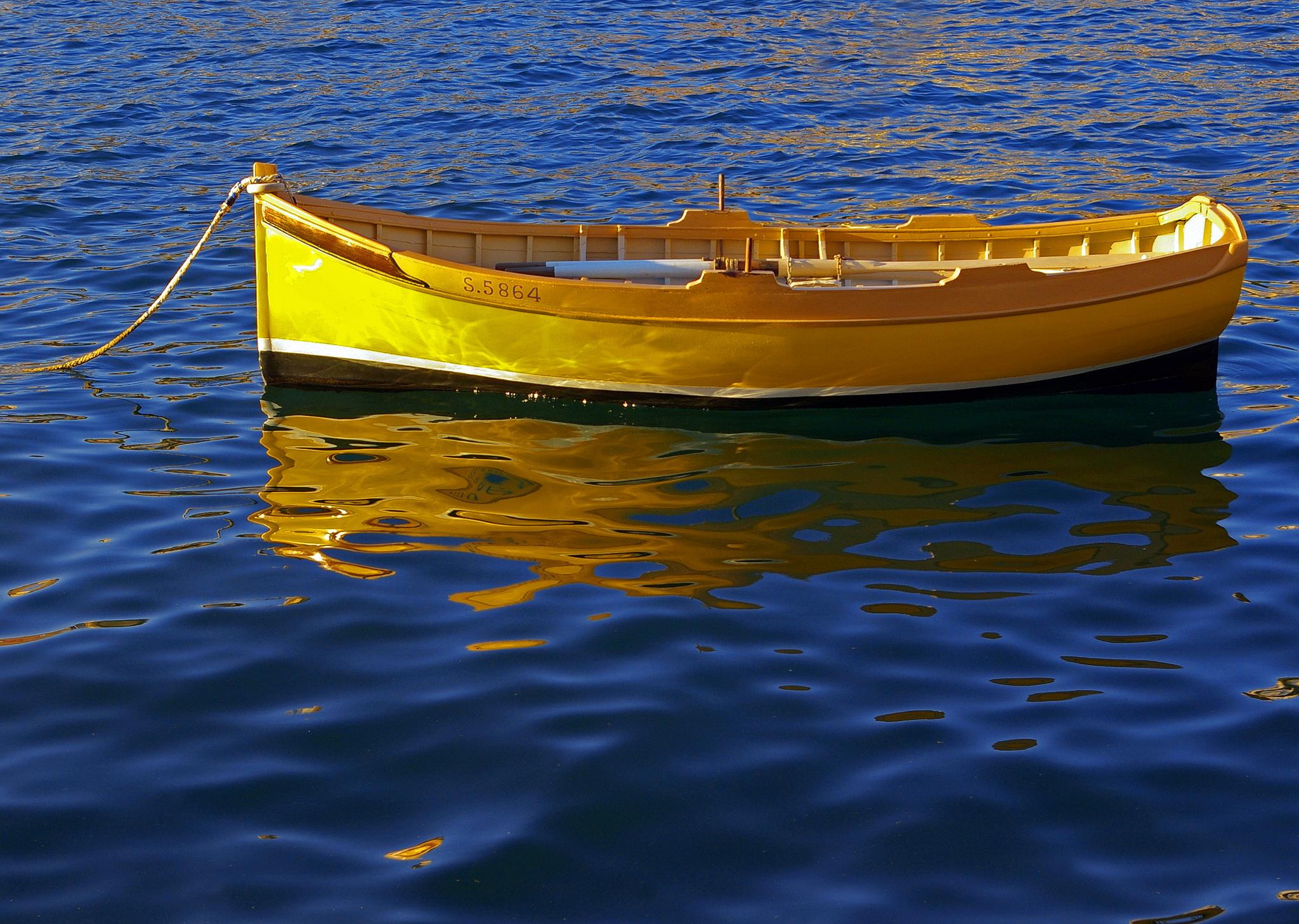 по реке плывет лодка с гребцом а рядом с ней плот