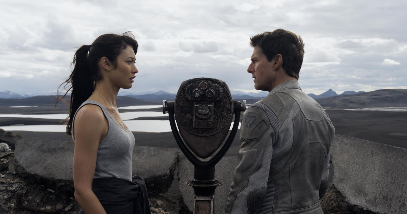 Tom Cruise And Olga Kurylenko In Oblivion wallpaper