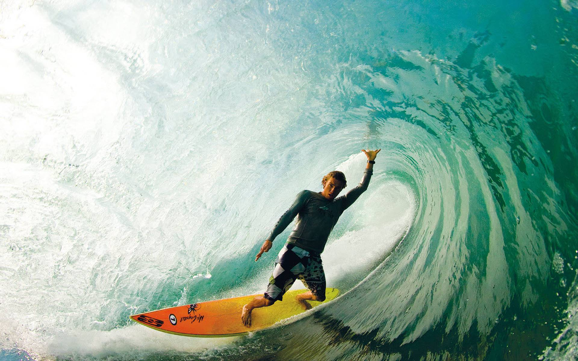 Surfer i wave