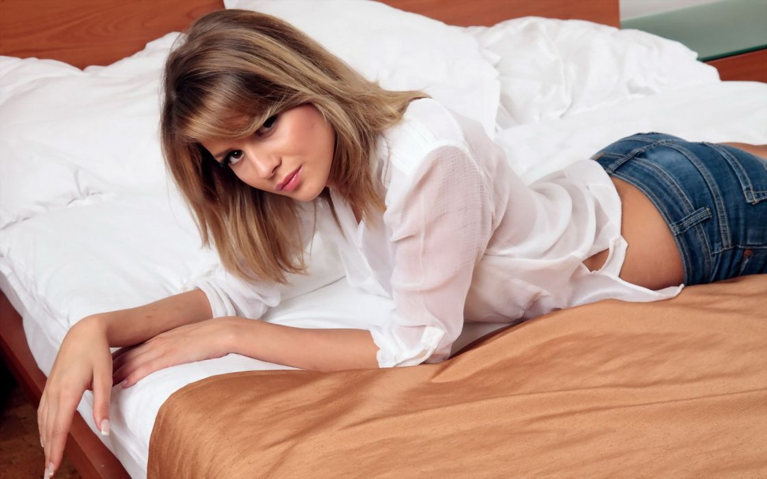Cheryl Ann Cole Beauty Bed Bluejeans White Shirt wallpaper