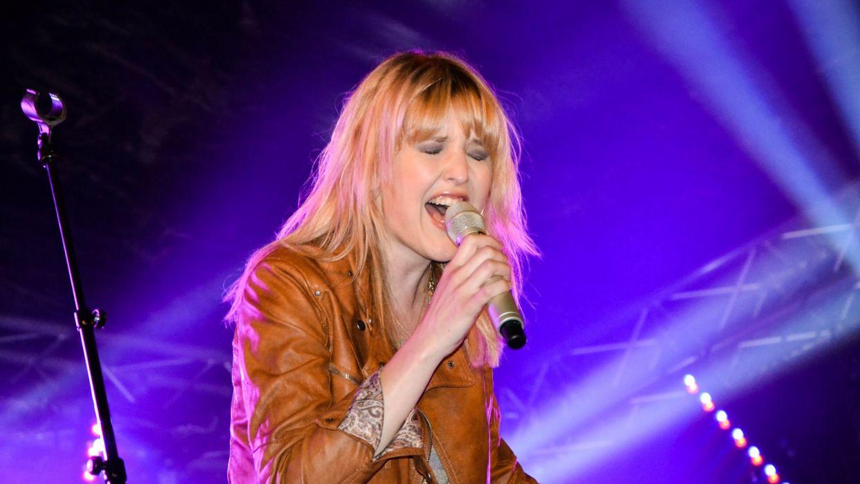 LEONIE MEIJER pop soft-rock microphone concert concerts  x wallpaper
