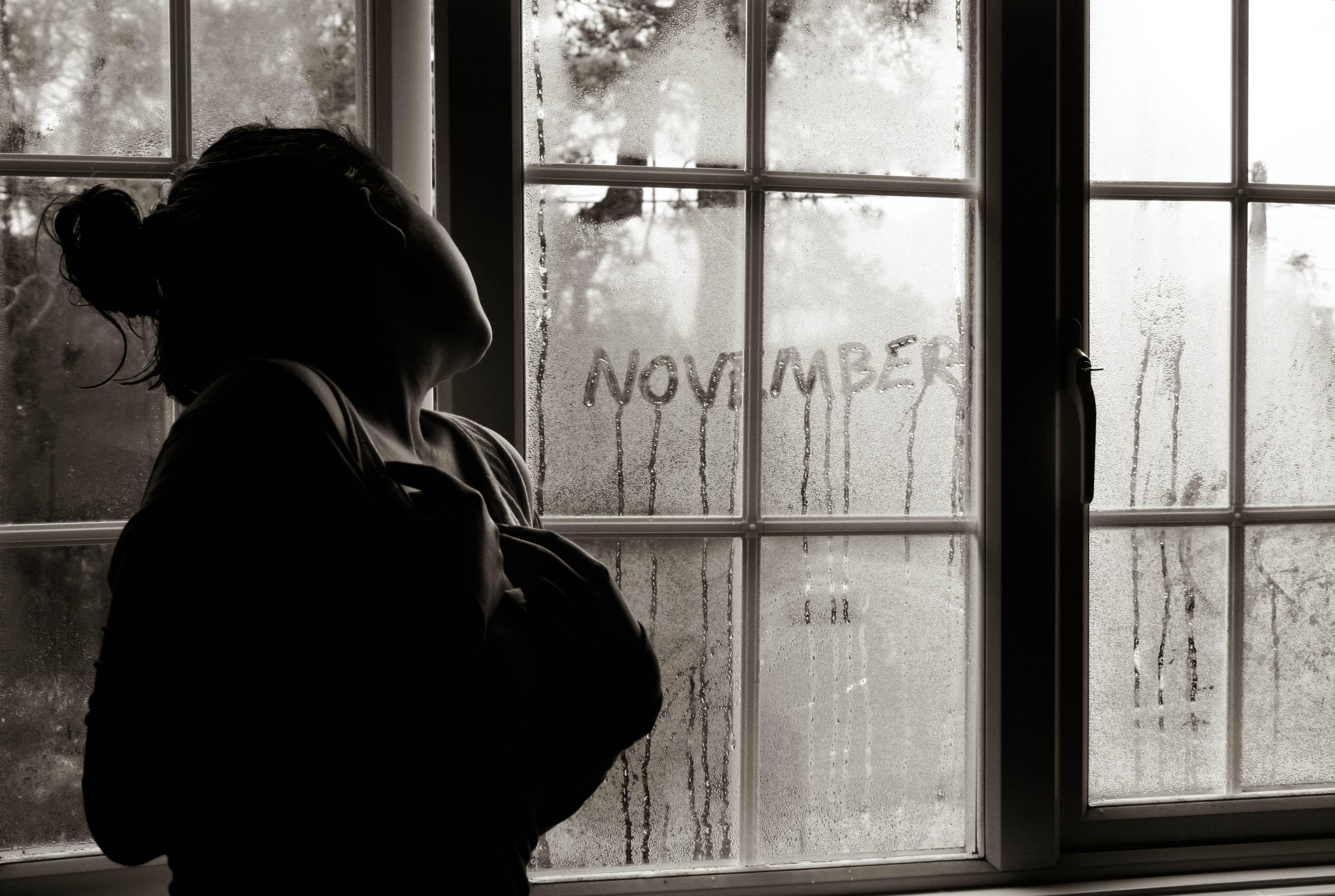 Фото девушки сидящей в окне спиной 16 фотография