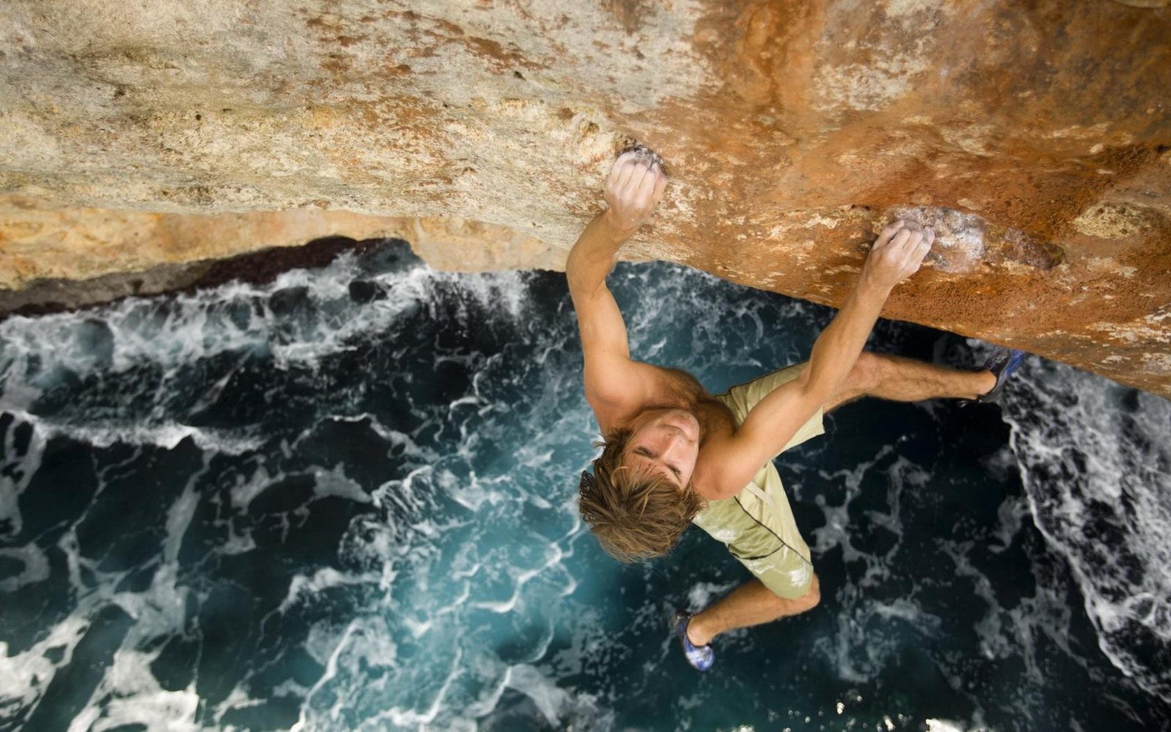 Парень фотографирует голую подружку у скалы  234514