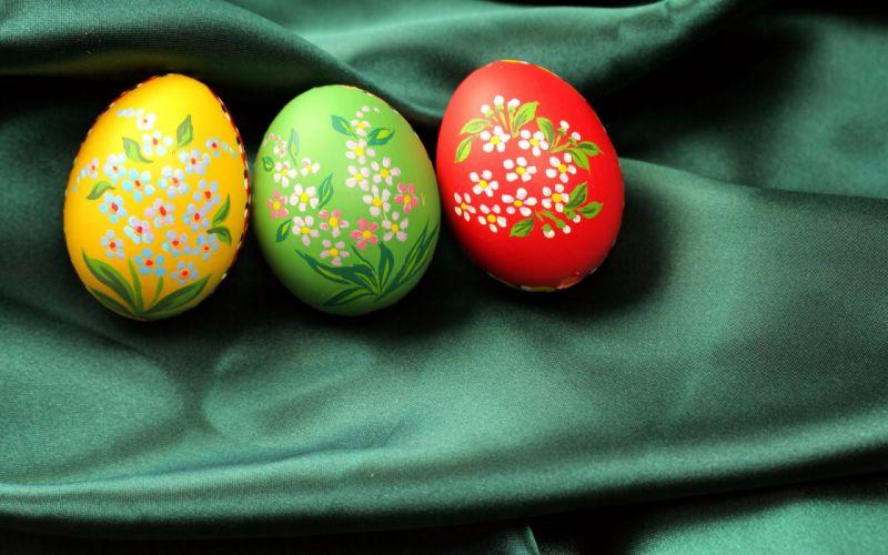 Easter eggs bokeh wallpaper