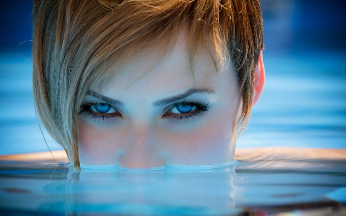 Woman Girl Beautyful Face Redhead Blue Eyes Pool wallpaper