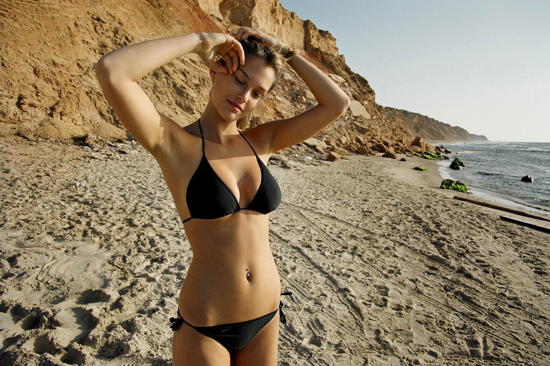 девушки в черных купальниках на море фото