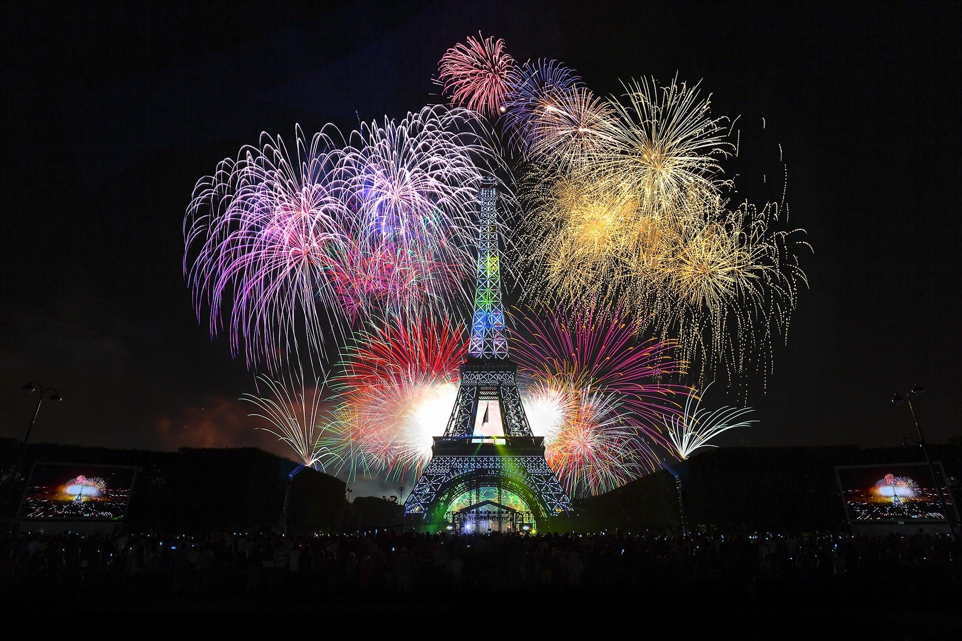 eiffel tower paris holiday fireworks wallpaper 1920x1280 147018 wallpaperup