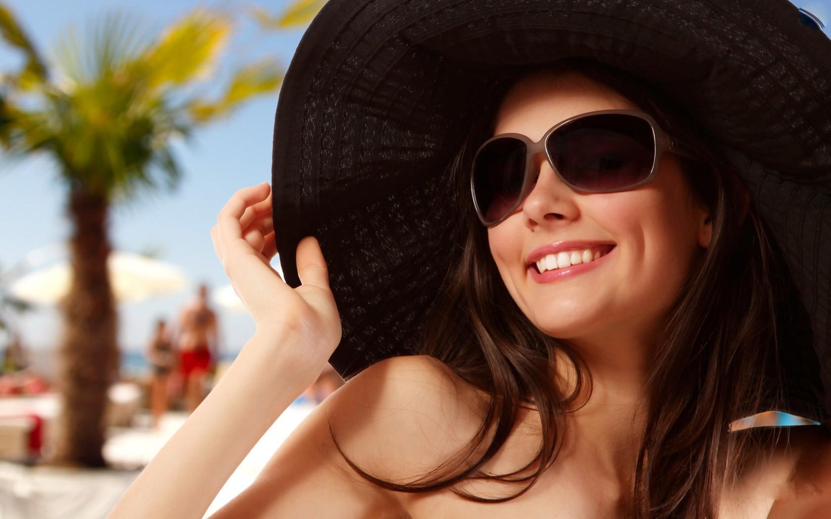 Фото женщин брюнеток на аву в очках