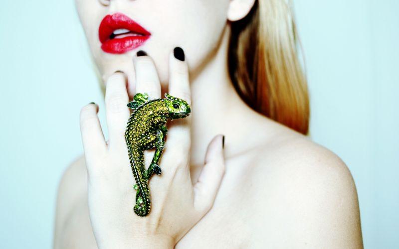chameleon wallpaper ring ring hand lips girl wallpaper