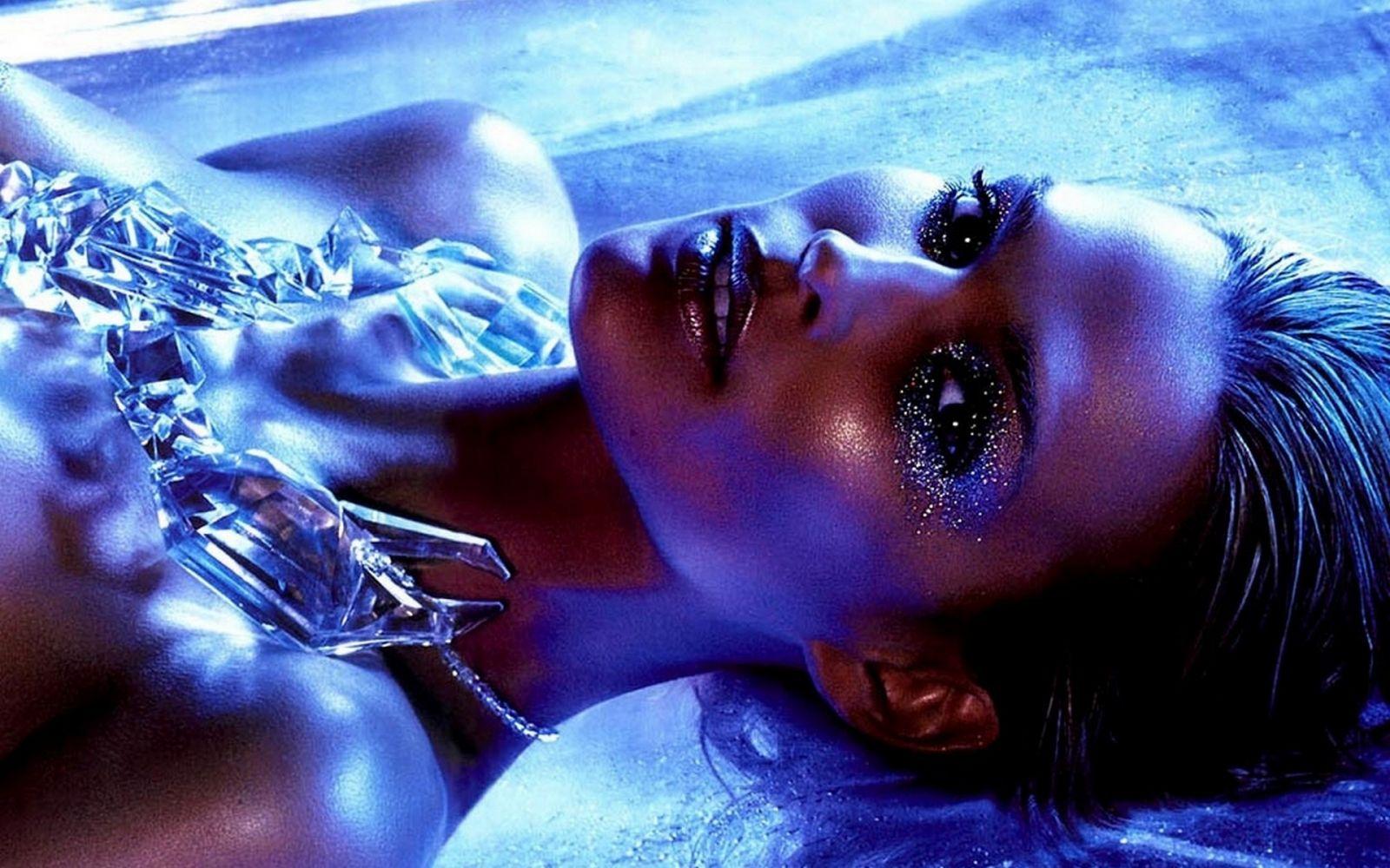 обнаженная девушка в бриллиантах которые