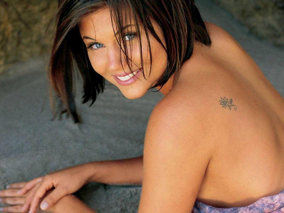 Tiffani Amber Thiessen smiling faces wallpaper
