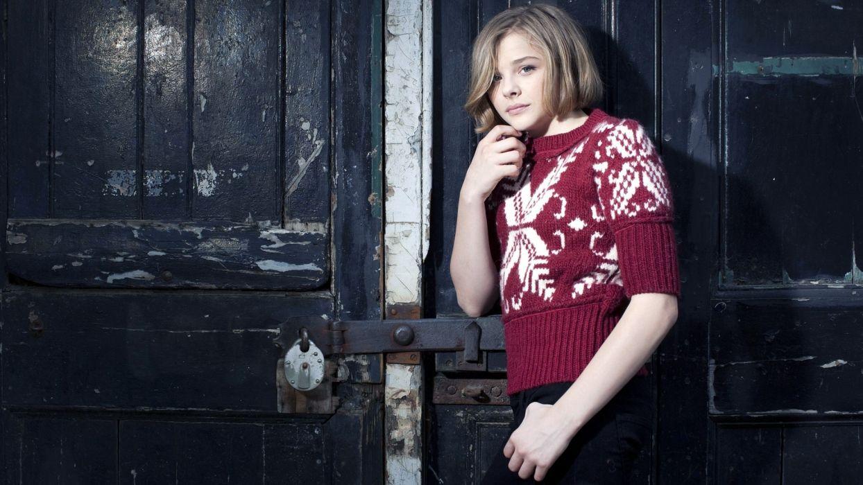 women Chloe Moretz wool nordic pattern wallpaper