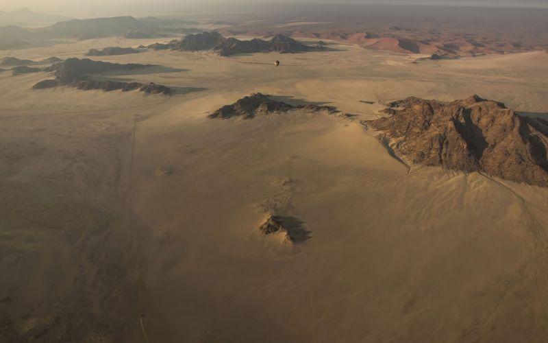balloon bokeh desert mountains wallpaper
