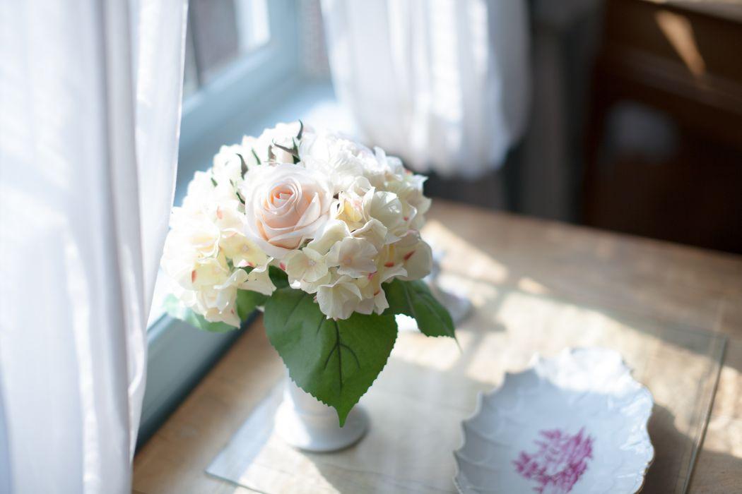 bouquet flowers vase table bokeh wallpaper
