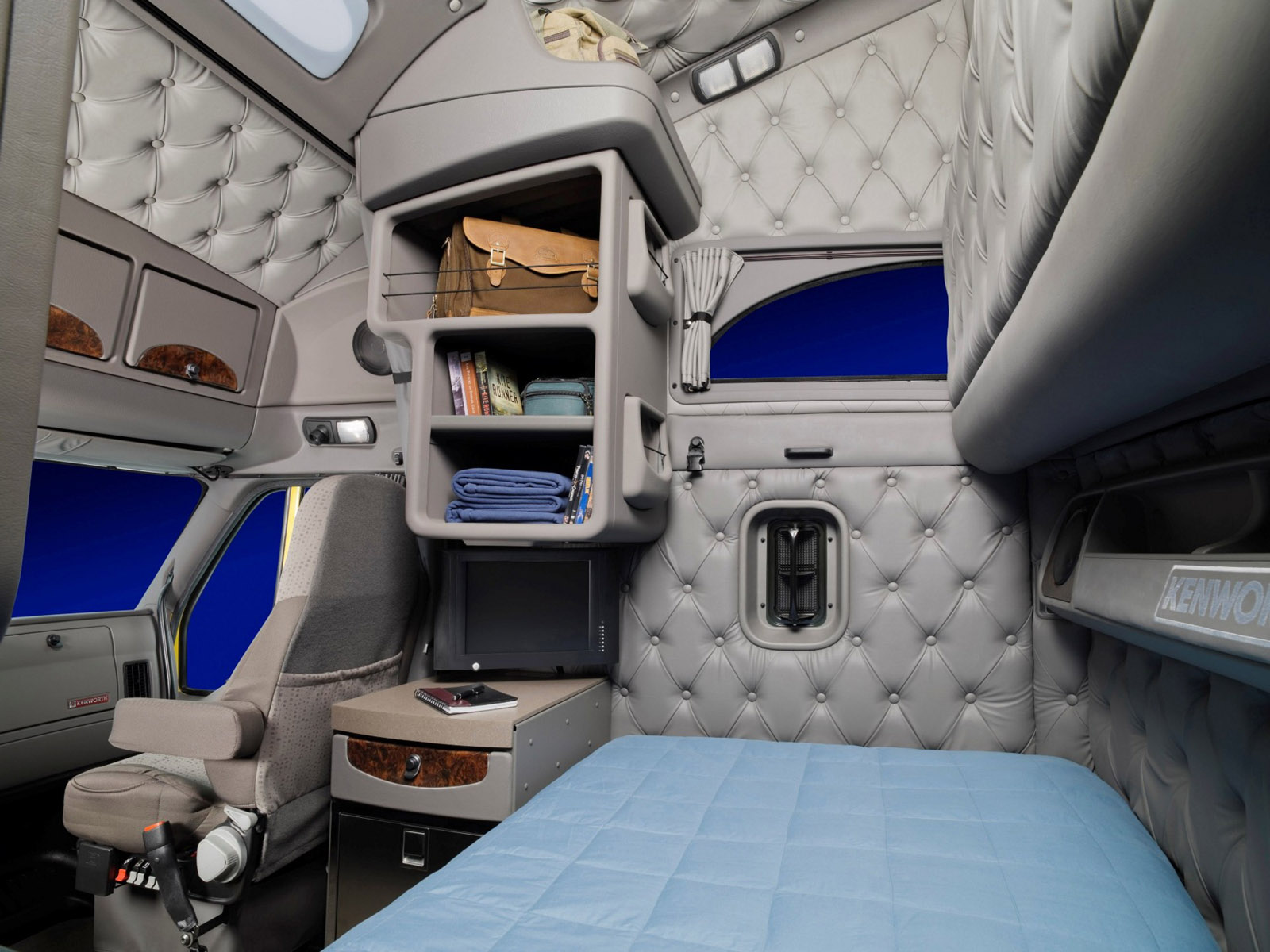 2010 kenworth t700 semi tractor interior f wallpaper for Camion americain interieur cabine