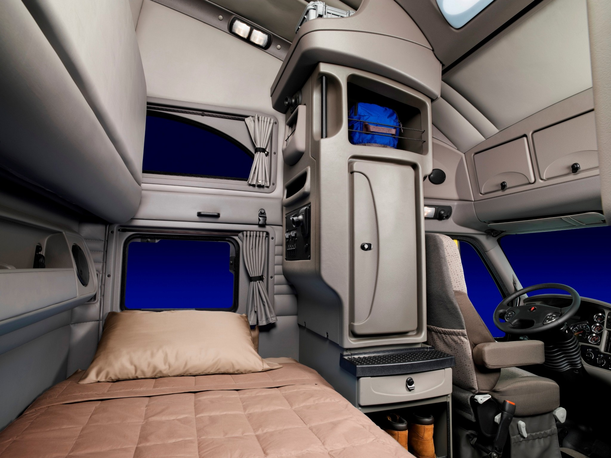 Image gallery semi interior for Camion americain interieur cabine