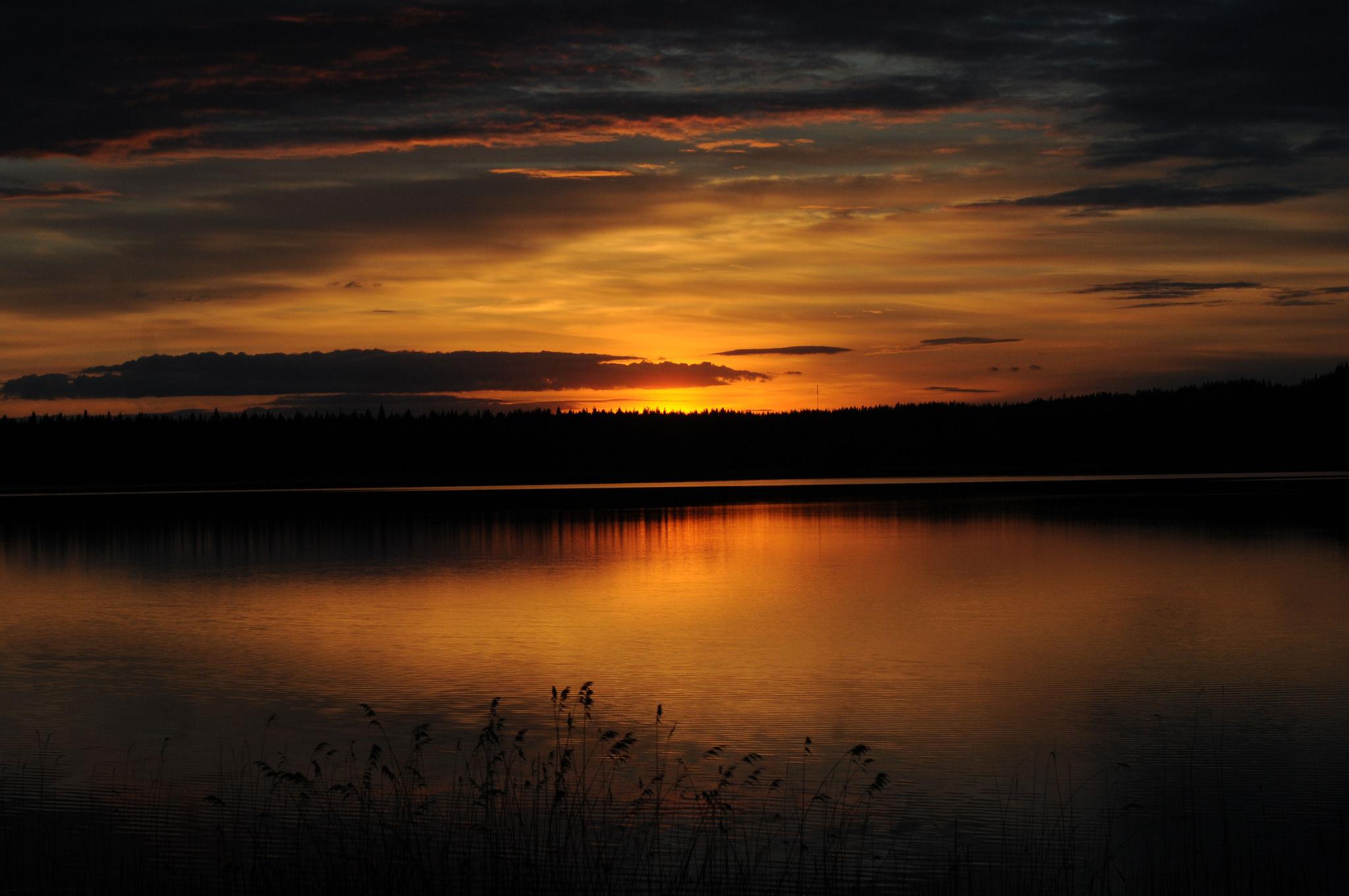 Темный закат над озером  № 3213569 загрузить