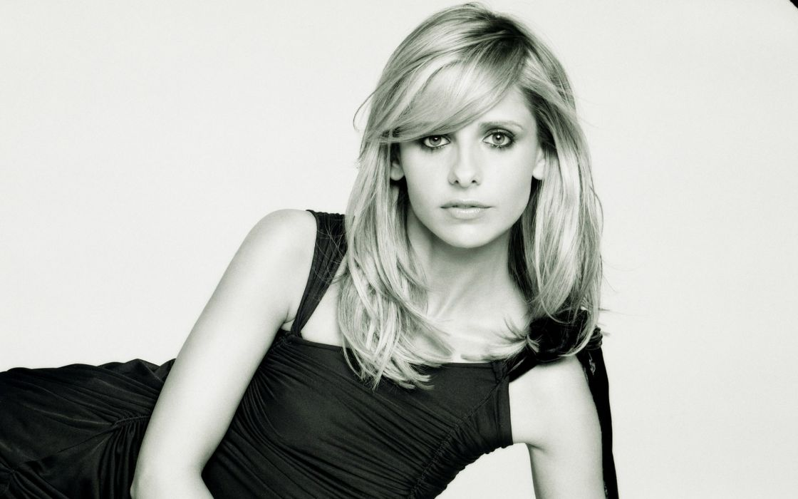 Sarah Michelle Gellar actress monochrome wallpaper