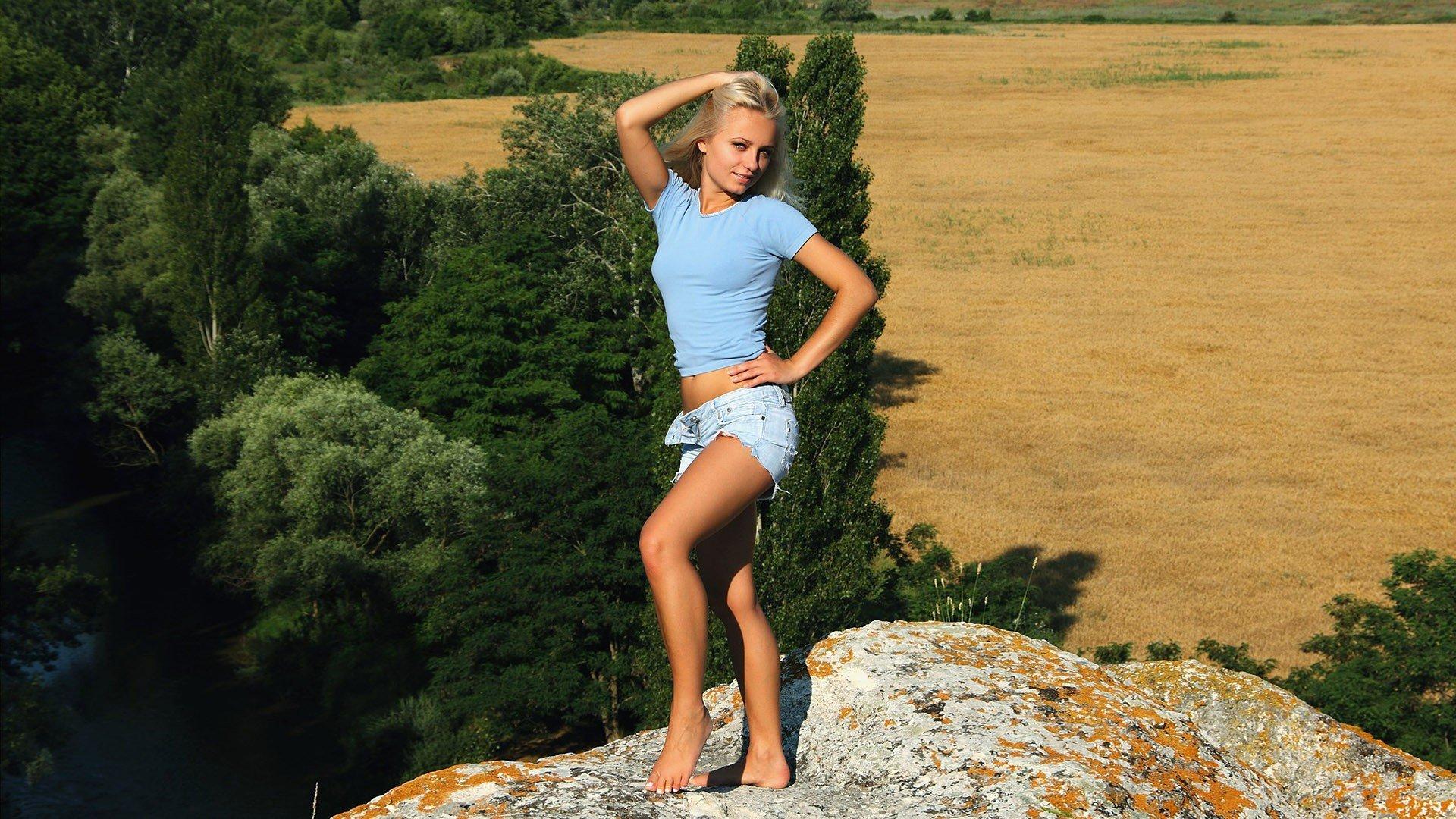 путешествия девушки на природе в коротких юбках отдыхают фото видели