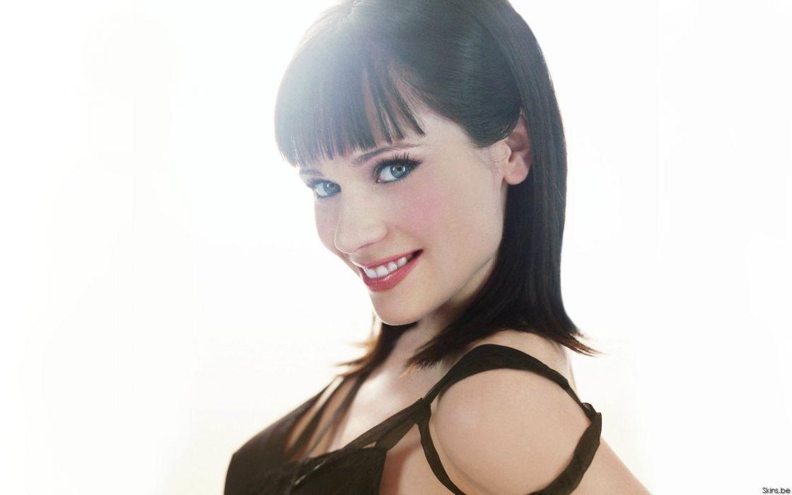brunettes women actress Zooey Deschanel simple background wallpaper